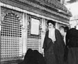 صورة نادرة للامام الخميني في مرقد الامام الحسين(ع)