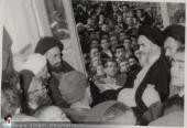 الإمام الخميني بعد إطلاق سراحه من سجن نظام البهلوي البائد