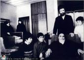 الامام مع اعضاء الأسرة في مستشفى قلب طهران