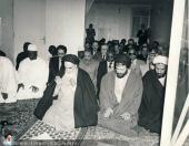 الامام الخميني يؤم صلاة الجماعة لوفد يضم عدد من رؤساء الدول الاسلامية