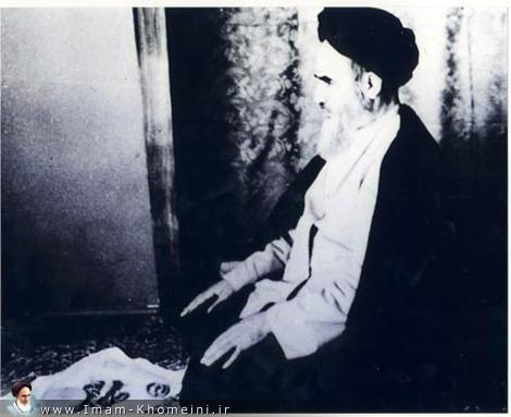 الامام يصلي