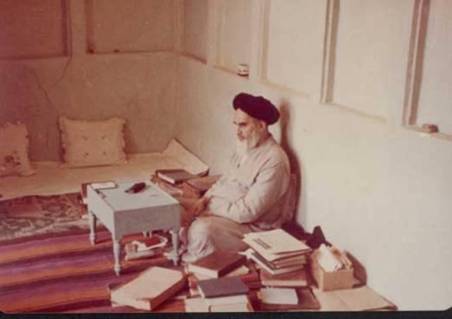 الامام الخميني يقرأ كتاباً