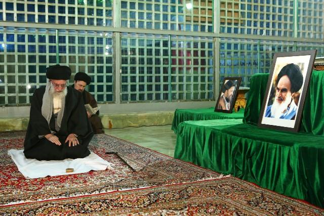 قائد الثورة الاسلامية يزور مرقد الامام الخميني