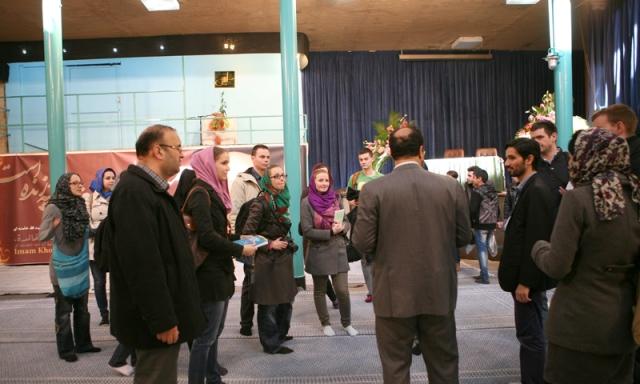 عدد من طلاب كلية علوم الشرق في التشيك يزورون بيت الامام الخميني قدس سره