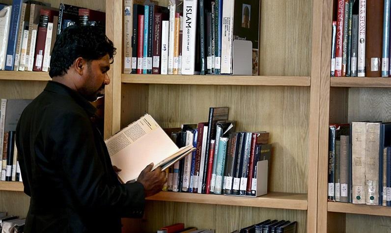 ضيوف مراسم ذكرى رحيل الامام يزرون المكتبة الوطنية
