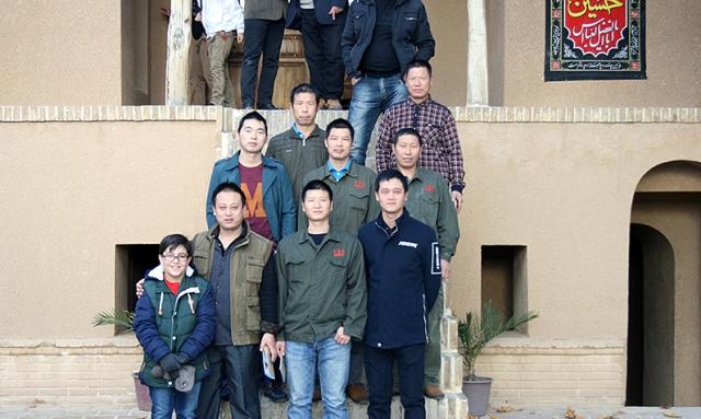 عدد من السياح الصينيين يزورون بيت الامام في خمين
