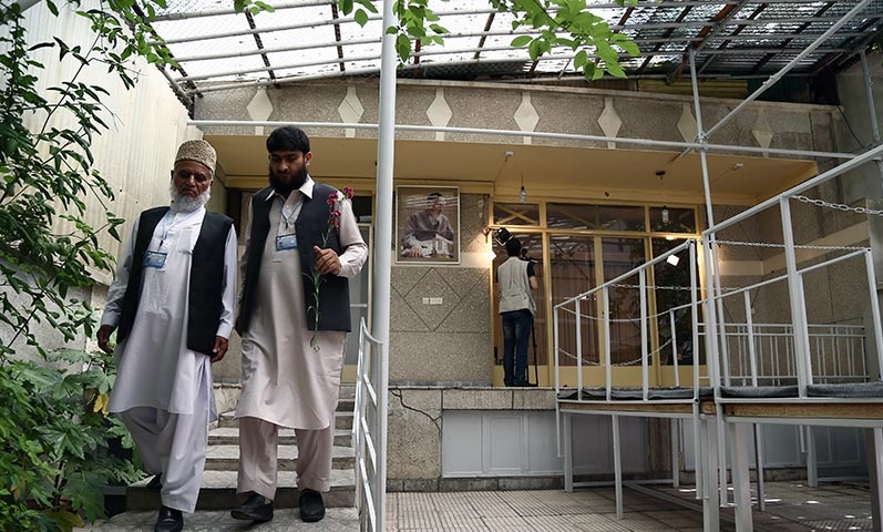 الضيوف الاجانب في مراسم رحيل الامام يزورون حسينية جماران