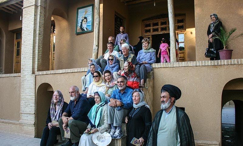 سياح أمريكيون يزورون بيت الامام الخميني في خمين