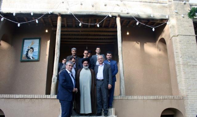 السفير الطاجيكي يزور بيت الامام الخميني قدس سره في خمين