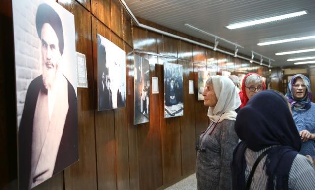سياح أمريكيون يزورون بيت الامام في جماران