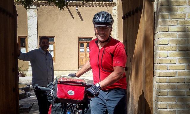 راكبدراجات الماني يزور بيت الامام في خمين