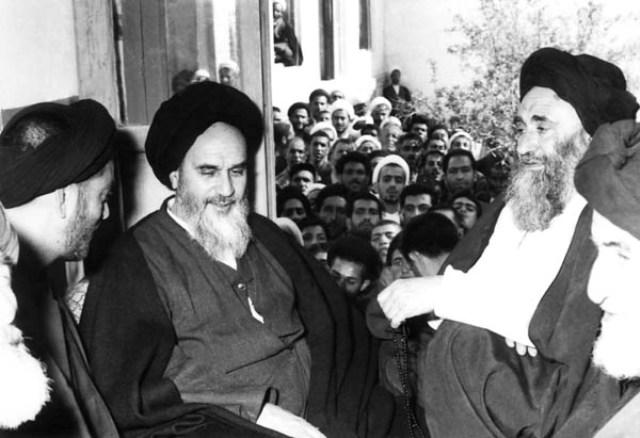 اهالي قم يزورون الامام الخميني بعد الافراج عنه من سجن الشاه