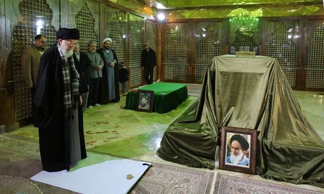 قائد الثورة الاسلامية يزور ضريح الامام الخميني و مراقد الشهداء