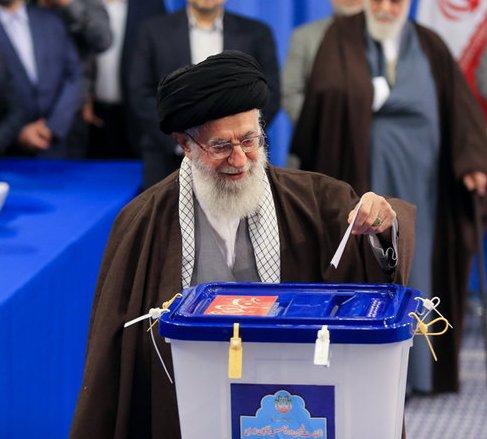 قائد الثورة يشيد بالمشاركة الواسعة في الانتخابات ويؤكد انها تزرع اليأس في قلوب الاعداء