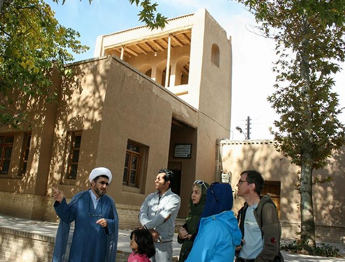 سياح المانيون يزورون بيت الامام في خمين
