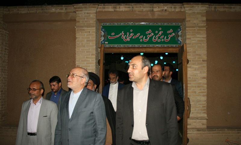 وزير الصناعة و التجارة يزور بيت الامام في خمين