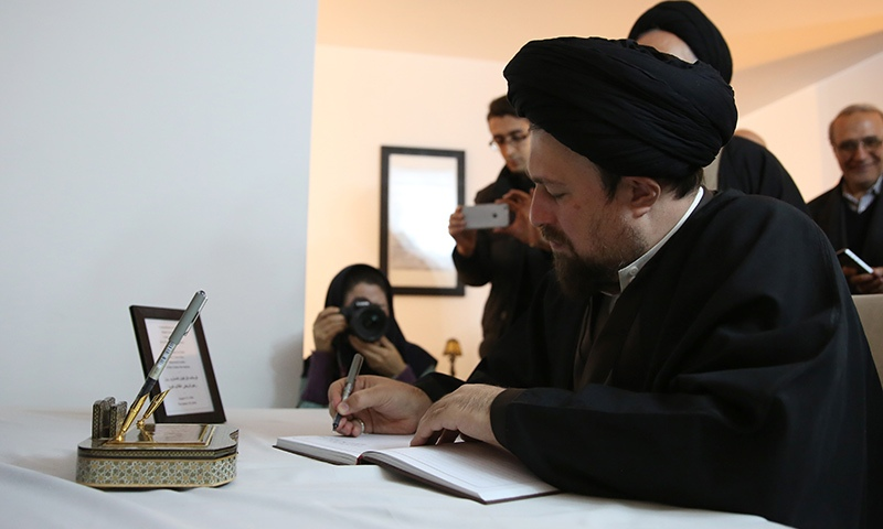 السيد حسن الخميني يوقع السجل التذكاري لكاسترو