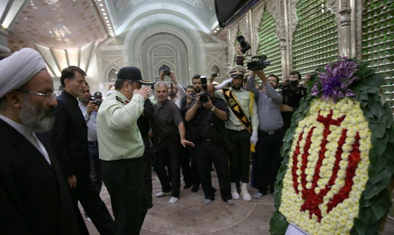 قائد و أفراد قوى الامن الداخلي يزورون مرقد الامام الخميني قدس سره