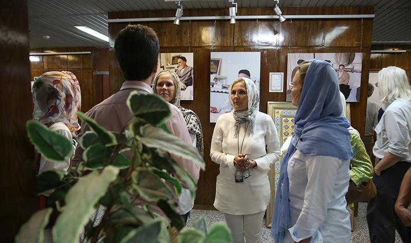 سياح أجانب يزورون بيت الامام الخميني في جماران