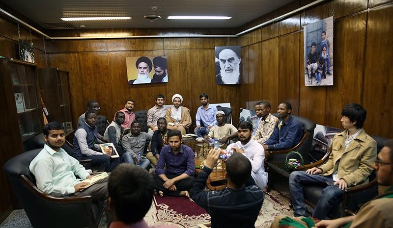 طلاب جامعة المصطفى(ص) العالمية يزورون بيت الامام الخميني في جماران