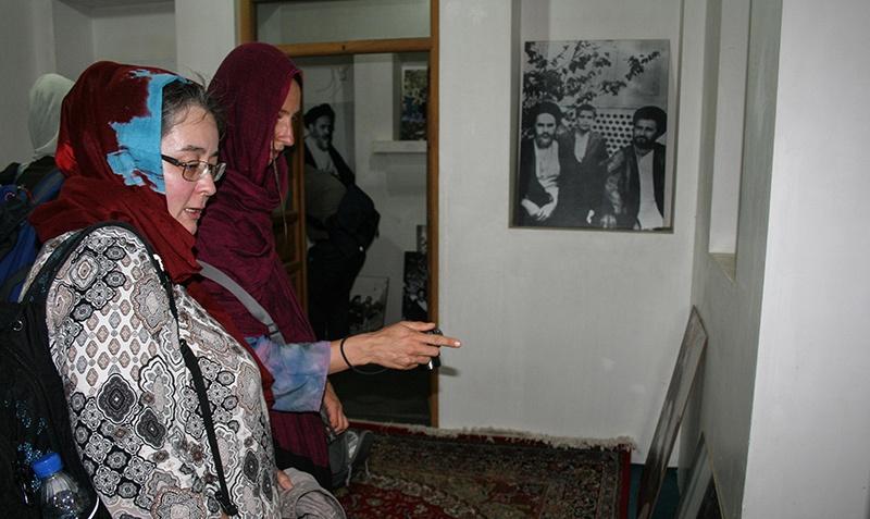 سياح أجانب يزورون بيت الامام الخميني في خمين