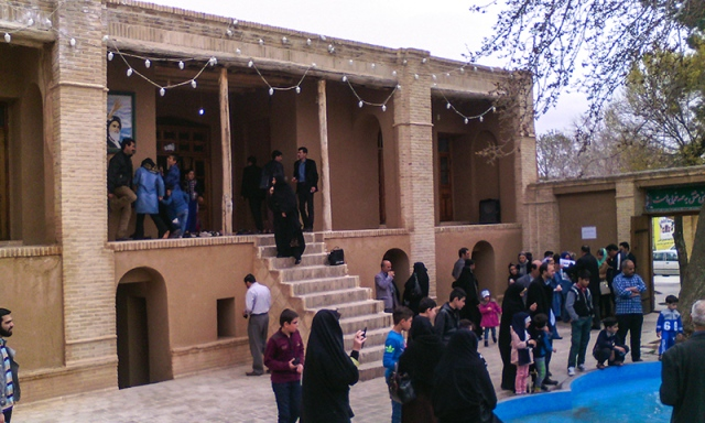 السياح يزورون بيت الامام الخميني التاريخي في مدينة خمين