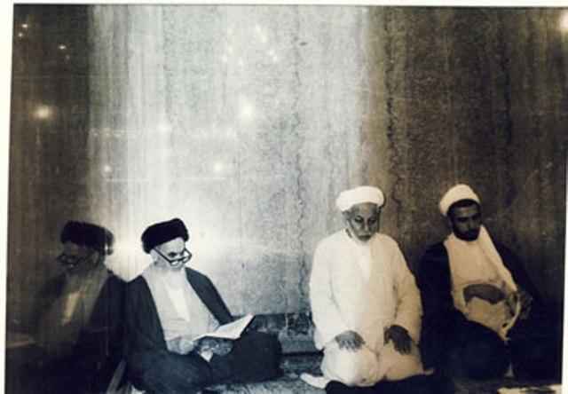 الامام الخميني يزور مرقد الامام علي عليه السلام