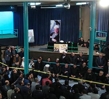 كبار المسؤولين الايرانيين يلقون نظرة الوداع على الراحل و يعزون بوفاته