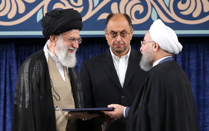 قائد الثورة الاسلامية يصادق على حكم تنصیب الشيخ روحاني رئیسا للجمهوریة الاسلامية