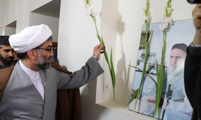 الناشطين القرآنيين في المحافظة المركزية يزورون بيت الامام الراحل في خمين