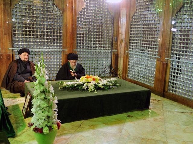 قائد الثورة يزور ضریح الامام الخميني (رض) ومقبرة الشهداء