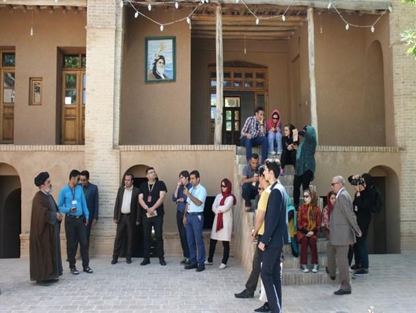 زيارة سائحين من داخل ايران وخارجها للأمكنة المنتسبة لسماحة الامام الخميني (قدس سره)