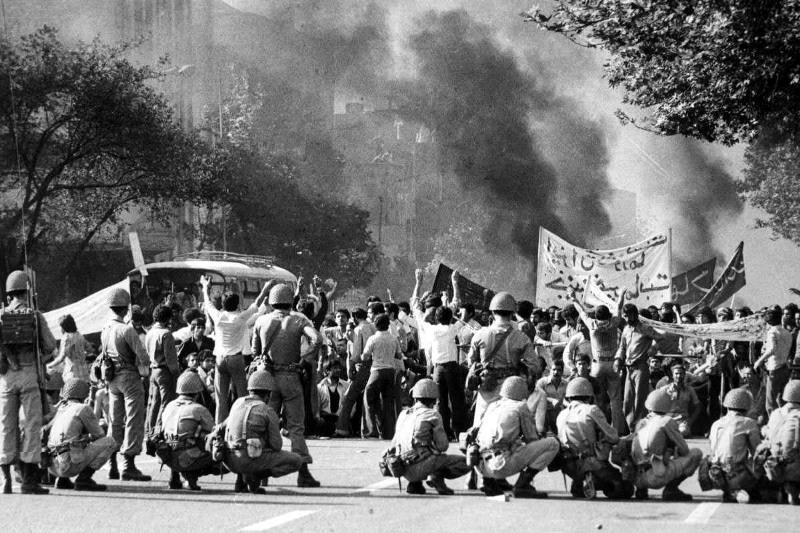 الثورة الاسلامية و اقامة نظام توحيدي و شعبي ديني