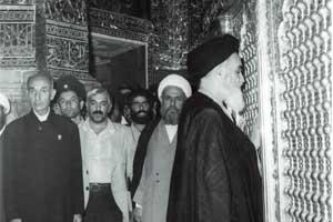 الإمام الخميني في حرم السيدة فاطمة المعصومة (س)