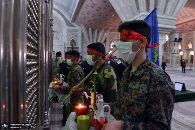 رش العطور في حرم الامام الخميني( قدس سره) من قبل التعبويين الكاشانيين