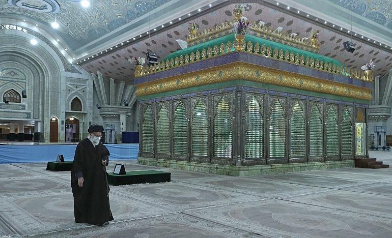 قائد الثورة الاسلامية يزور مرقد الامام الخميني (رض)