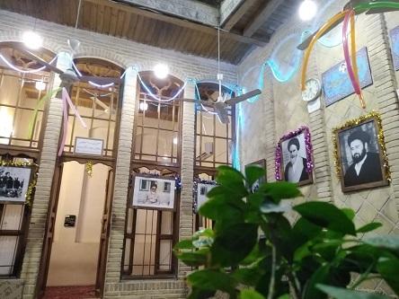 اقامة معرض كتاب عشرة الفجر، وتزيين بيت الامام الخميني (قدس سره) في النجف الاشرف، بمناسبة ميلاد السيدة فاطمة الزهراء عليها السلام، الموافق لميلاد الامام الخميني