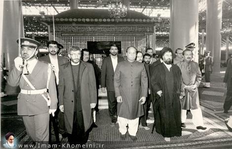Pakistani Prime Minister visiting Imam`s shrine