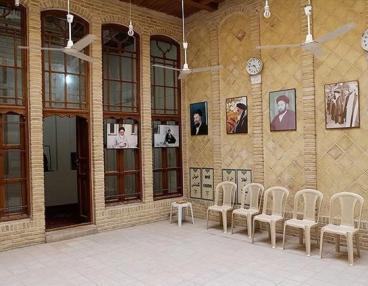Zarif visits historic residence of Imam Khomeini in Najaf