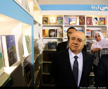Iraqi minister visits institute stall at book exhibition
