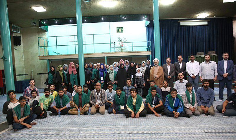 Students from UK pay visit to Imam`s house in Jamaran