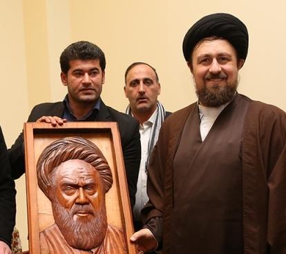 Artists unveil portrait of Imam Khomeini