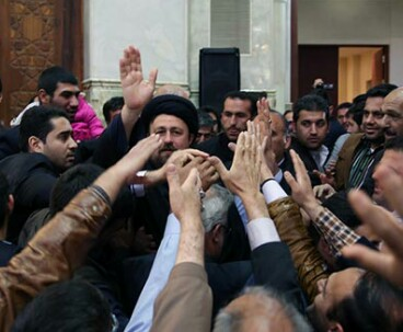 Pilgrims receive Hassan Khomeini warmly at Imam Shrine