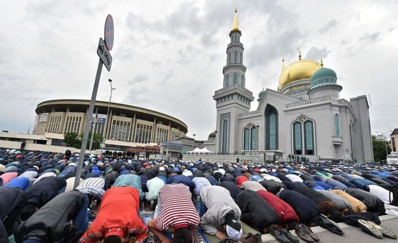 Muslims gatherings to perform Eid prayers in Russia and USA