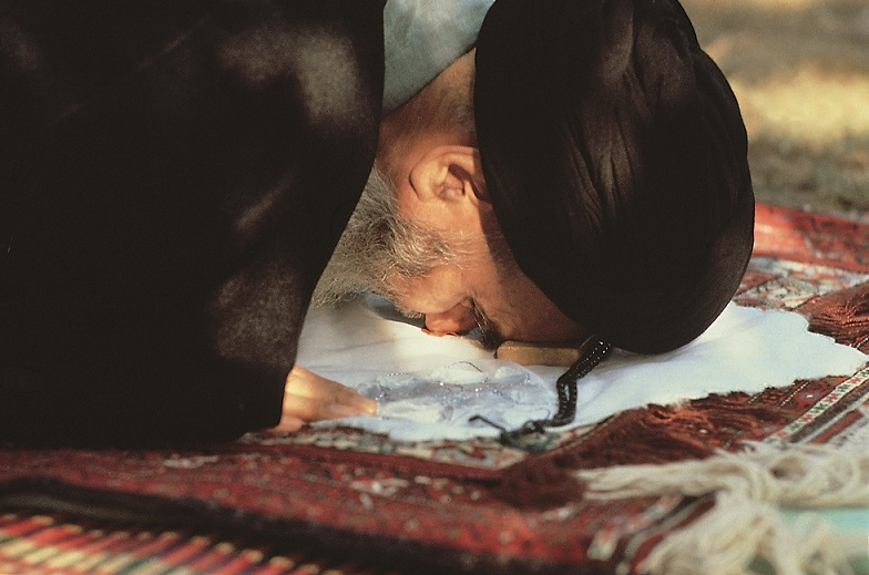Imam Khomeini while praying and worshiping for God Almighty