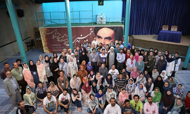 A group of foreign students visit Imam Khomeini`s house in Jamaran