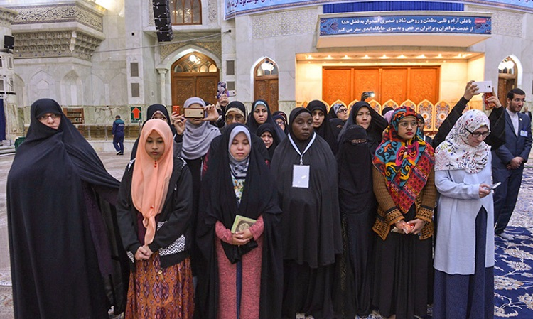 Participants attending International Quranic competition pay homage to Imam Khomeini