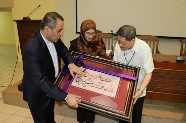 Iranian Cultural Center in Manila gifts Quranic calligraphy work to Philippines Archbishop