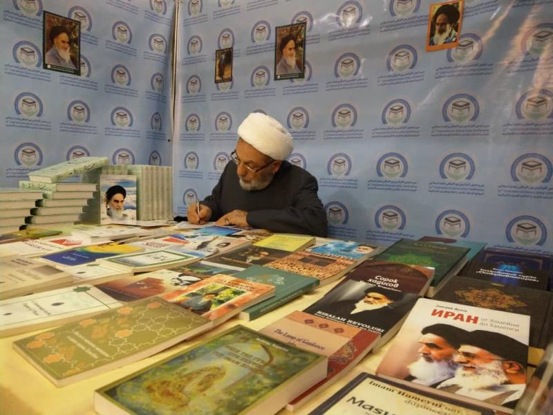 Imam Khomeini's books and works widely received by foreign guests at unity summit