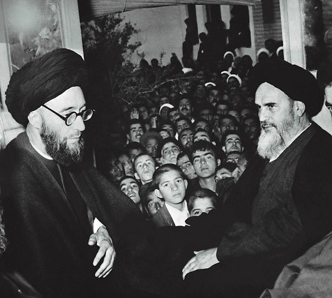 Why Imam Khomeini showed discomfort for welcoming with Salwat?